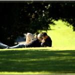 Пара отдыхает в парке