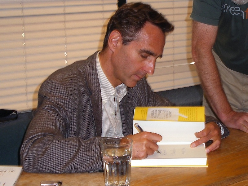 Писатель подписывает книгу