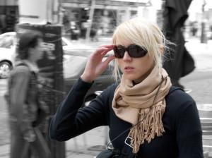 женщина в черных очках
