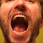 человек кричит от боли